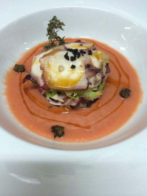 Isla de pulpo sobre sopa de tomate especiada