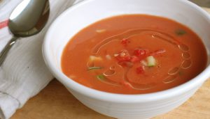 Receta de gazpacho en bowl de porcelana