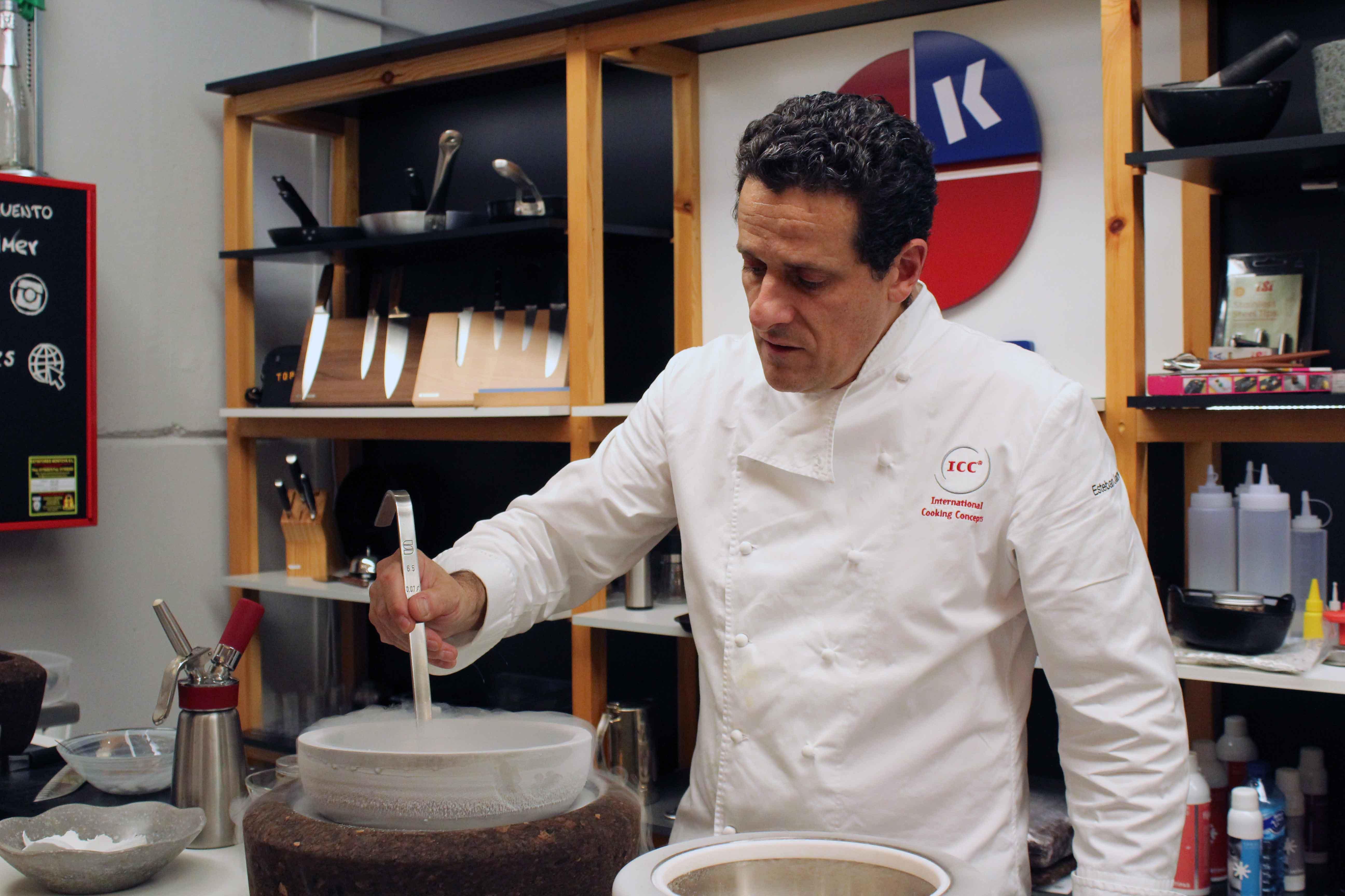 Esteban Jauregui cocinando con nitrógeno líquido