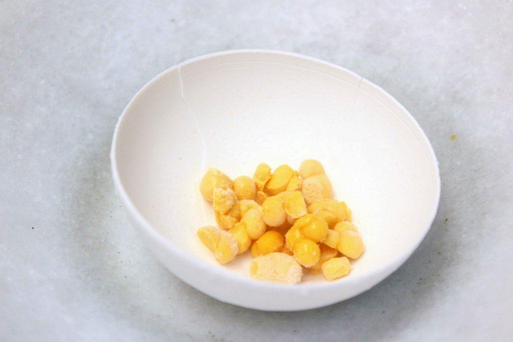 Esfera de leche de coco con zumo de naranja