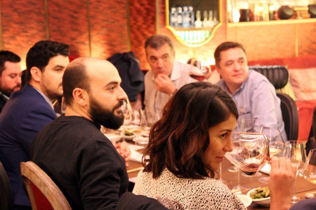 Invitados catando en copas de vino Zalto