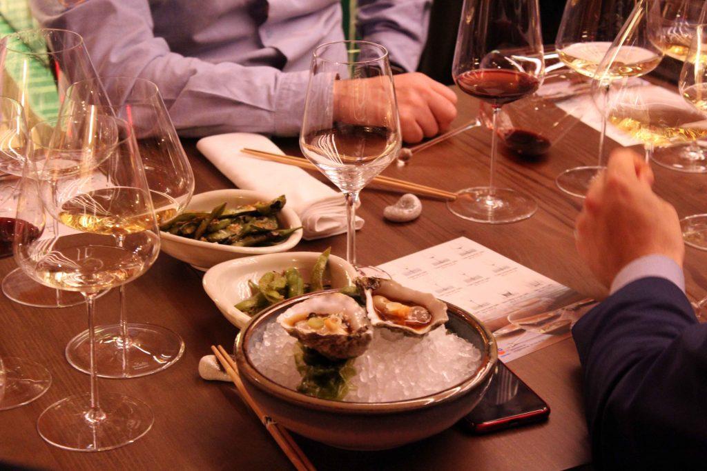Maridaje de ostras con vino servido en copas de cristal Zalto
