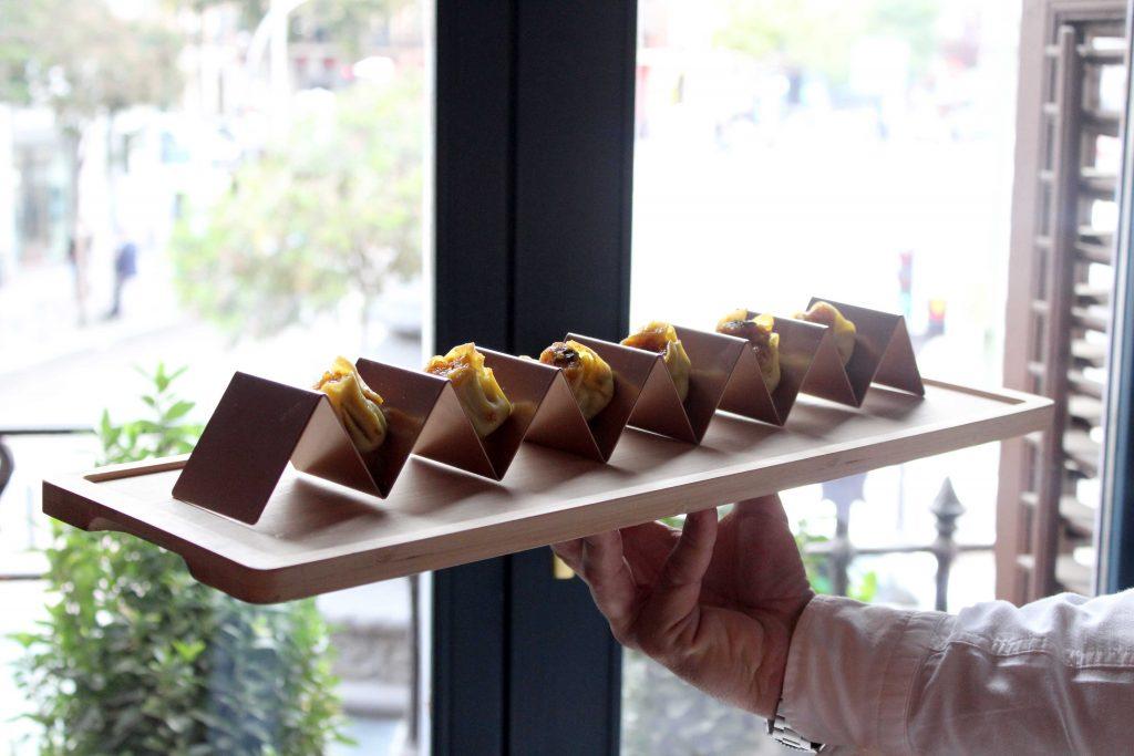 Soporte para tacos en bandeja de madera para catering